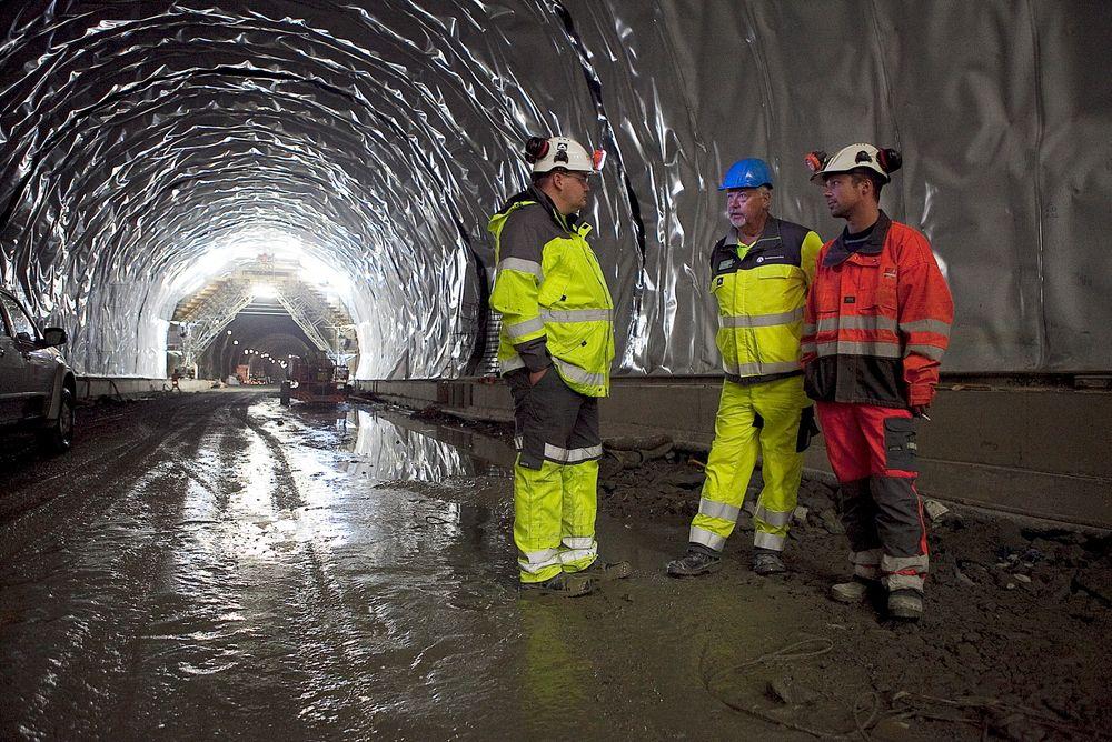 Tunnelsjef Christian Mikkelsen i Veidekke, Jan Ausland i Jernbaneverket og Frank Schramm i Hochtieff beskuer den nye tunnelen.
