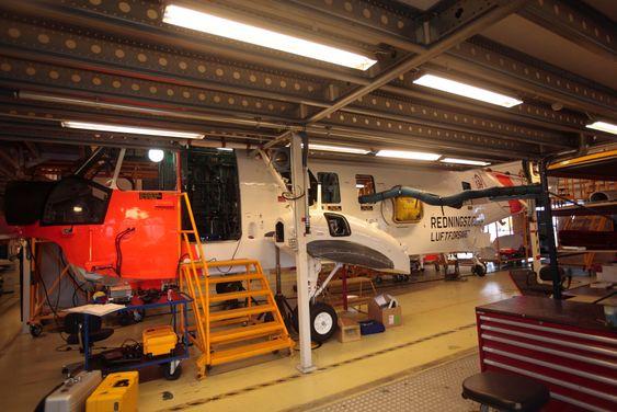 Et Sea King inne på IRAN-ettersyn hos AIM Norway. Det kan bli flere redningshelikoptre å vedlikeholde på Kjeller dersom 330-skvadronen skal fly AW101.