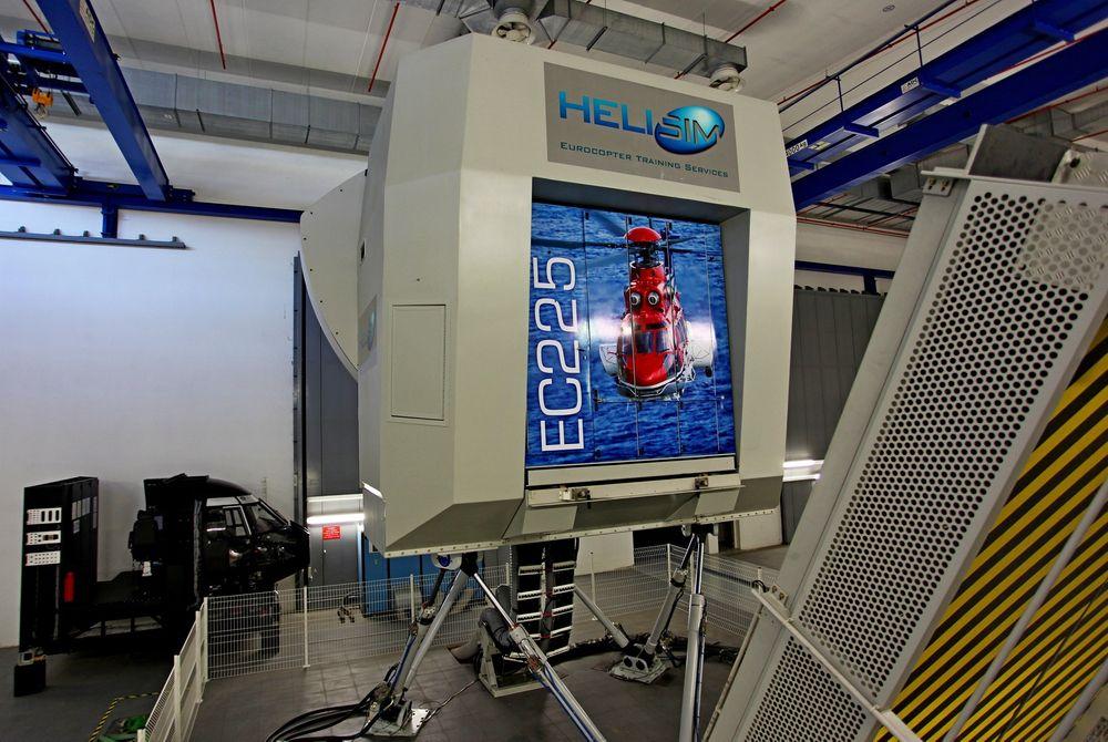 Dette er EC225-simulatoren som Thales har innstallert for Helisim i Marignane. I løpet av et par år kommer en tilsvarende simulator til Sola.