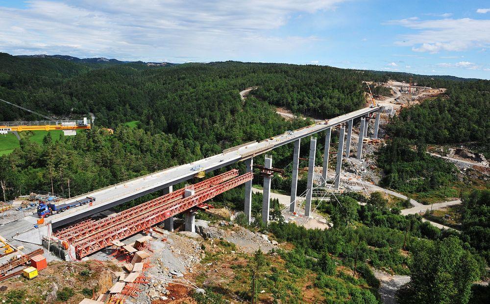 400 meter lange Bjellandsvad bru er den lengste brua på ops-prosjektet E18 mellom Grimstad og Kristiansand. Totalkostnaden for hele prosjektet ble 3.3 miliarder kroner. Det inkluderer 38 km firefelts motorvei, 75 km lokalveier og tilførselsveier, 61 bruer, syv tunneler, 18 kulverter, 11 toplanskryss og to rasteplasser.