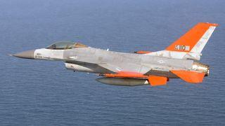 Her flyr en førerløs F-16