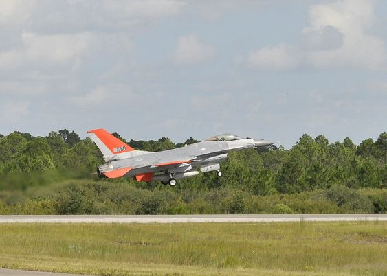 Her tar det ubemannede F-16-flyet av fra flystasjonen Tyndall.