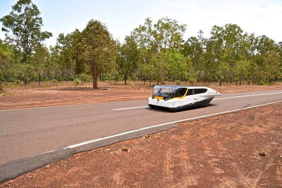 En gruppe nederlandske studenter har bygget det de hevder er verdens første soldrevne familiebil.