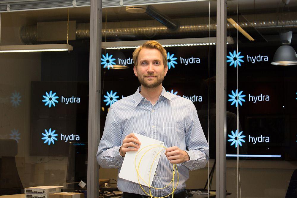 Klar med gigabiten: Teknologidirektør Arve Paalsrud i Bayonette AS er klar med fiber og boks til privatkunder som vil ha lynraskt internett.