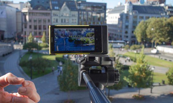 Nesten proft: Utstyrt med en egen fotokappe er det mulig å montere nye Nokia Lumia 1020 på stativ som attpå til har egen fotoknapp og ekstra batterikapasitet. Stativmontering er selvfølgelig bra, men telefonen har også optisk stabilisering som reduserer virkningen av litt ustødige hender.
