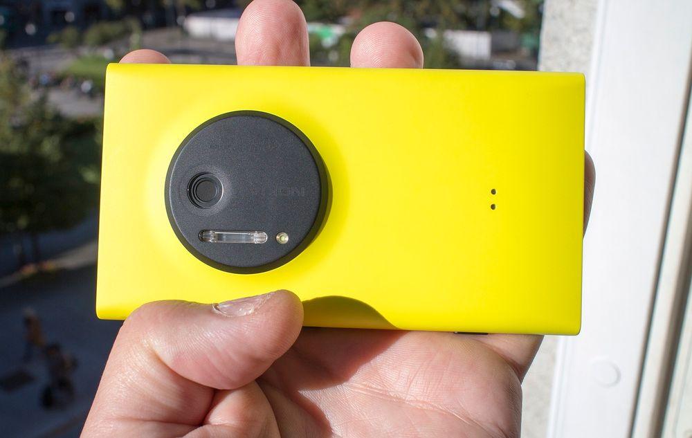 Liten kamerakul: Nokia Lumia 1020 er tynnere enn Lumia 920, som det likner på, med unntak av en liten kul der kameraet og blitsene er montert.