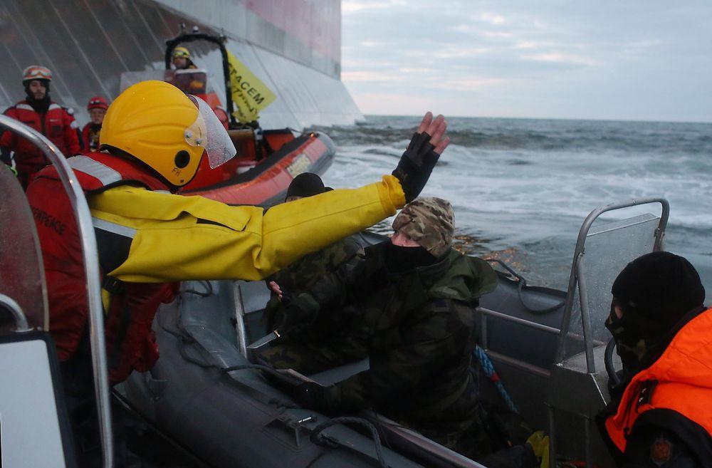 Kniv: Den russiske kystvakten trakk kniv mot Greenpeace-demonstranter.