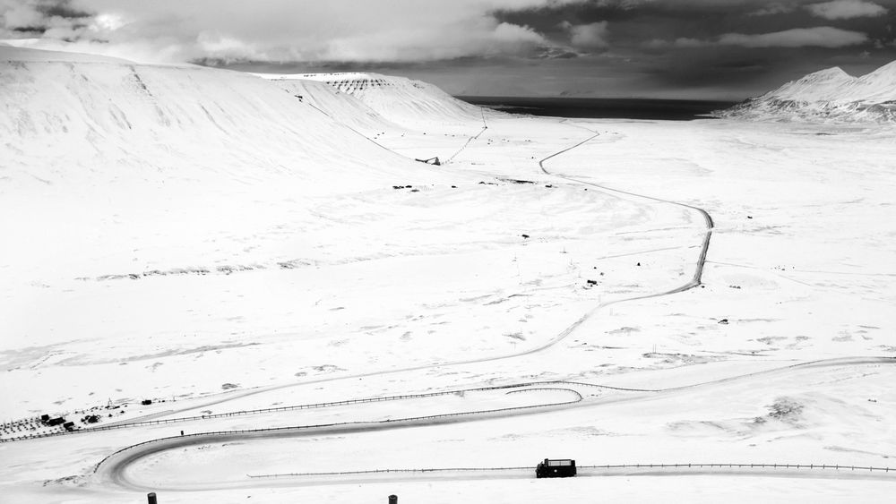 NYE MULIGHETER: Store Norske ser nå på muligheten for å utvinne olje fra kull på Svalbard. Det kan bety at kullet med dårlig kullkvalitet også kan bli utnyttet. Her er en kullbil på vei ned Adventdalen, fra Gruve 7 mot Longyearbyen.