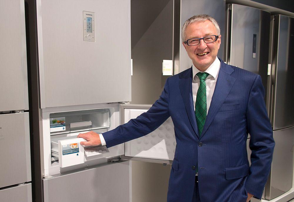 Markedssjef Peter Dunz i Siemens er stolt over den nye vakuumteknologien og hva den kan gjøre for holdbarheten til mat.