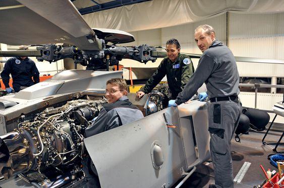 Bardufossteknikere gjennomfører inspeksjon av motorområdet på en av NH90-maskinene. Fra venstre: Per-Bjørnar Carlsen, Frank Trulssen og Truls Indahl.