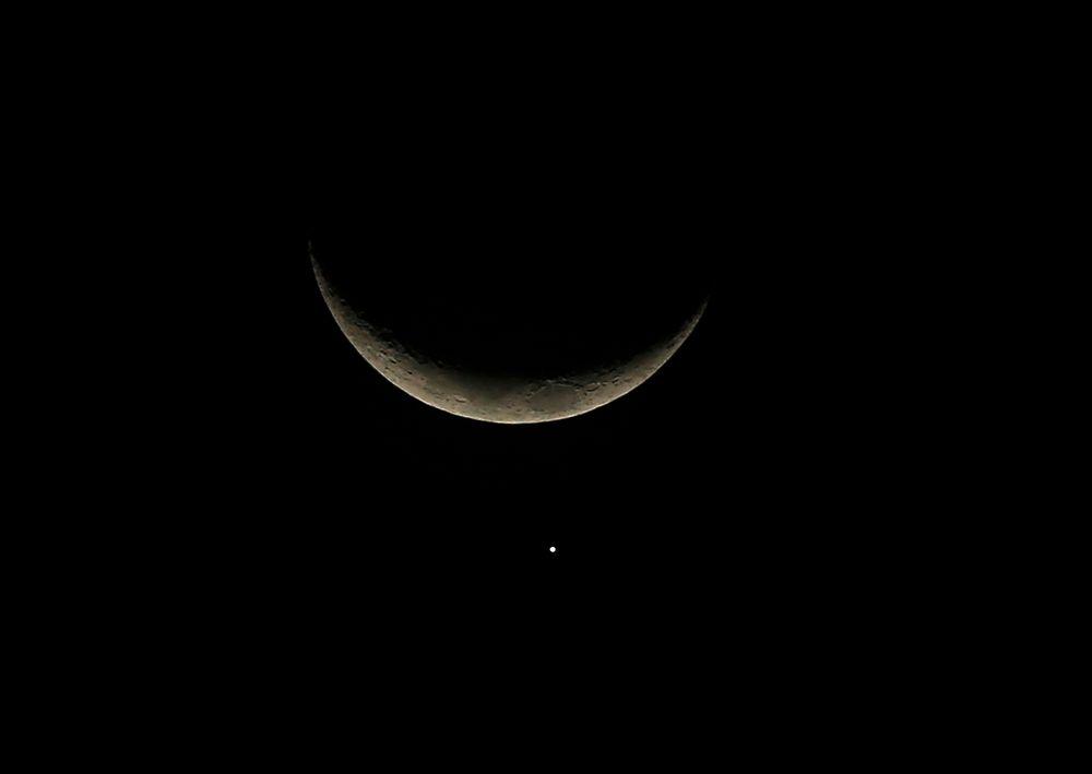Månen avtegner seg som en sigd på nattehimmelen, mens planeten Venus kan ses som en lysende prikk under den. Den amerikanske romfartsadministrasjonen NASA har planer om å fange inn en asteroide og plassere den i bane rundt månen for nærmere studier. Hensikten er å få klarhet i hvor stor faren for at en asteroide skal kollidere med jorda egentlig er.