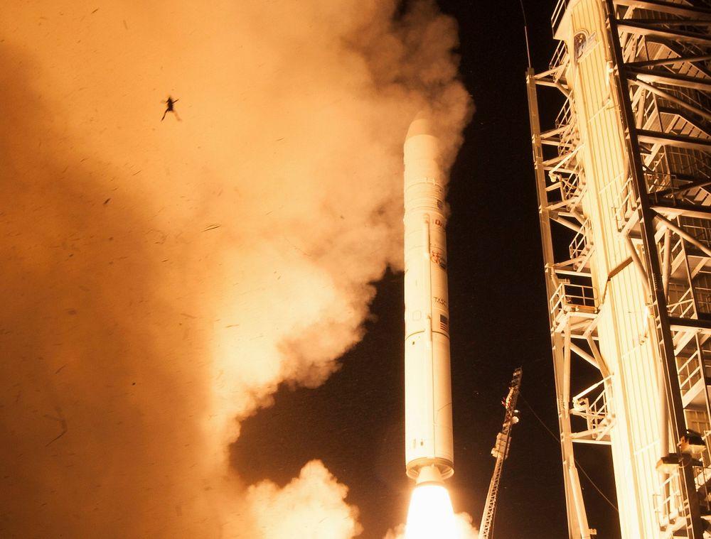 Verdens i øyeblikket mest omtalte frosk fotografert under en rakettutskytning fra rombasen Wallops i den amerikanske delstaten Virginia tidligere denne måneden. Det var fredag ikke kjent hvor fyren oppe til venstre i bildet kom fra eller hadde tenkt seg inn. Men den amerikanske romfartsadministrasjonen NASA forsikrer at bildet er ekte og ikke manipulert.