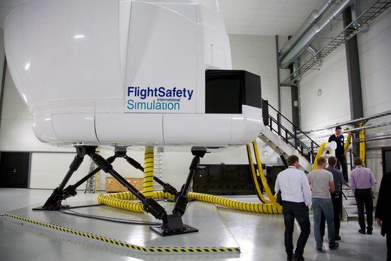 Det er bygget en ny hangar ved nordenden av rullebanen på Sola lufthavn for å huse den nye S-92 fullflygingssimulatoren.