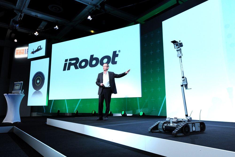 Spår robotrevolusjon: Sjefen og medgründer i iRobot Corporation, Colin Angle, snakket om den kommende robotrevolusjonen på IFA i Berlin, og hvordan det vil endre hverdagen vår. Med seg på scenen hadde han en sikkerhetsrobot de lager for politi- og millitærbruk.