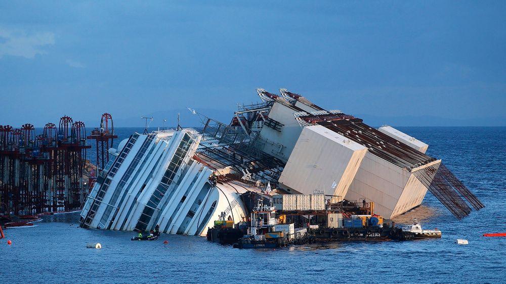 Arbeidene var mandag i gang med å heve cruiseskipet Costa Concordia, som forliste utenfor øya Giglio i Italia i januar i fjor. Ulykken kostet 32 mennesker livet.