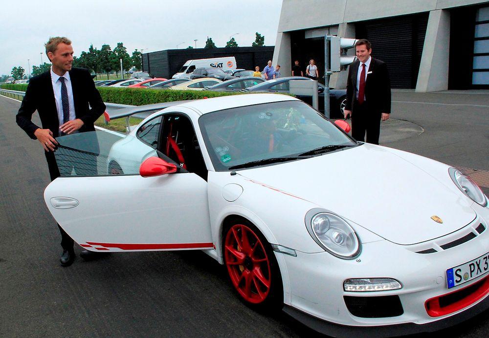 BRENNER FOR FORBRENNINGSMOTOR: Olje- og energiminister Ola Borten Moe fikk tidligere i år realisert drømmen om å kjøre Porsche i fri dressur på en testbane. Han hyller ingeniører som jobber hardt for å forbedre forbrenningsmotorene.