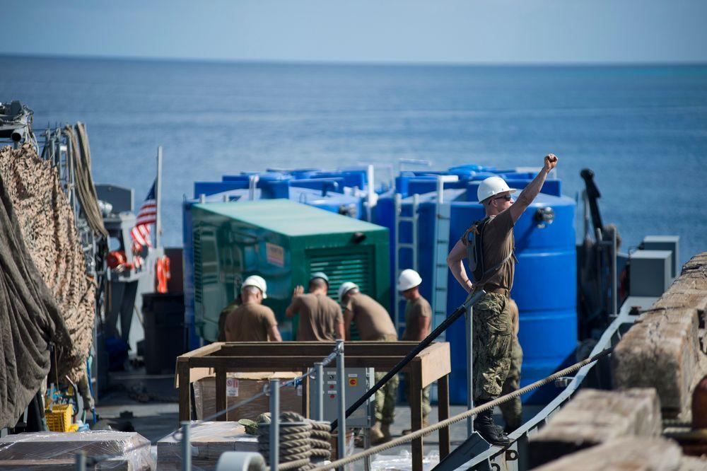 Soldater fra US Navy lemper i land mobile avsaltingsanlegg som skal hjelpe befolkningen på Marshalløyene med å gjøre havvann til ferskvann. Foto: US Navy