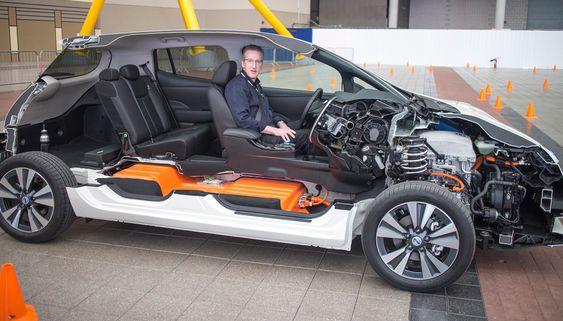 Half-Leaf: Nissan har kuttet bort nesten halvparten av nye Leaf for å vise frem de elektriske godsakene. Senioringeniør for elbiler i Nissan Europa, Tom McCabe kjører villig en runde for å demonstrere.