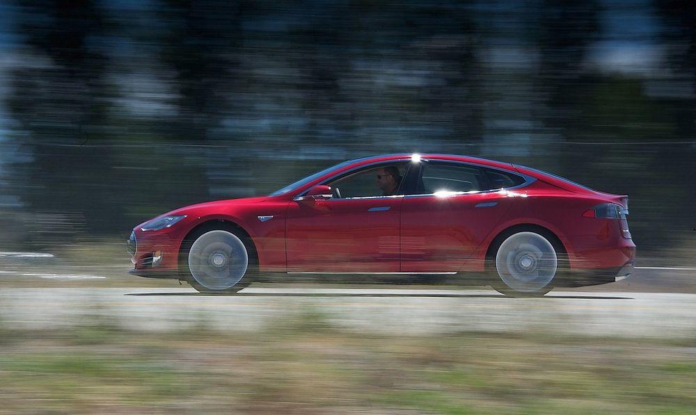 Elbiltettheten på Østlandet, gjør at testarenaen får tilgang på et volum av testkandidater som er unikt i verdenssammenheng, ifølge Sintef. Her en Tesla Model S, en elbil som mange nordmenn venter på.