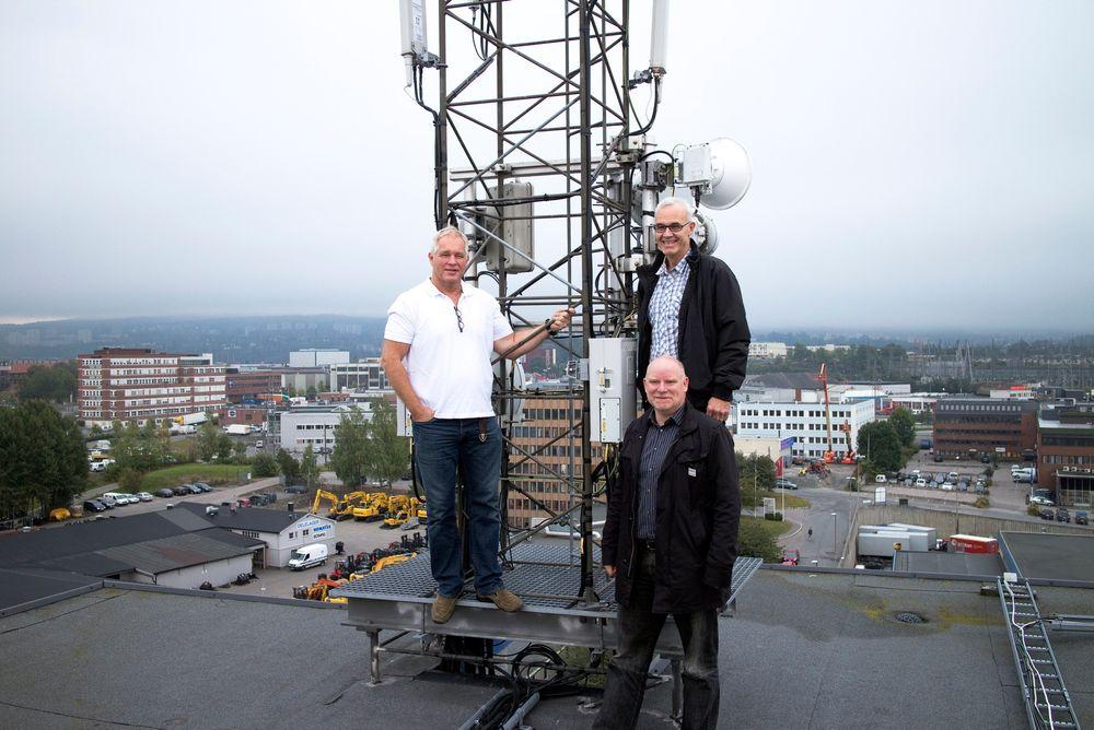 20 år i drift: NetComs basestasjon på Økern har vært i kontinuerlig drift i 20 år. Det har de to Netcom-ingeniørene Pål Svendsen og Ole Helgedagsrud også, mens dekningsdirektør Tommy Johansen er med 13 år på baken i selskapet rene nykommeren.