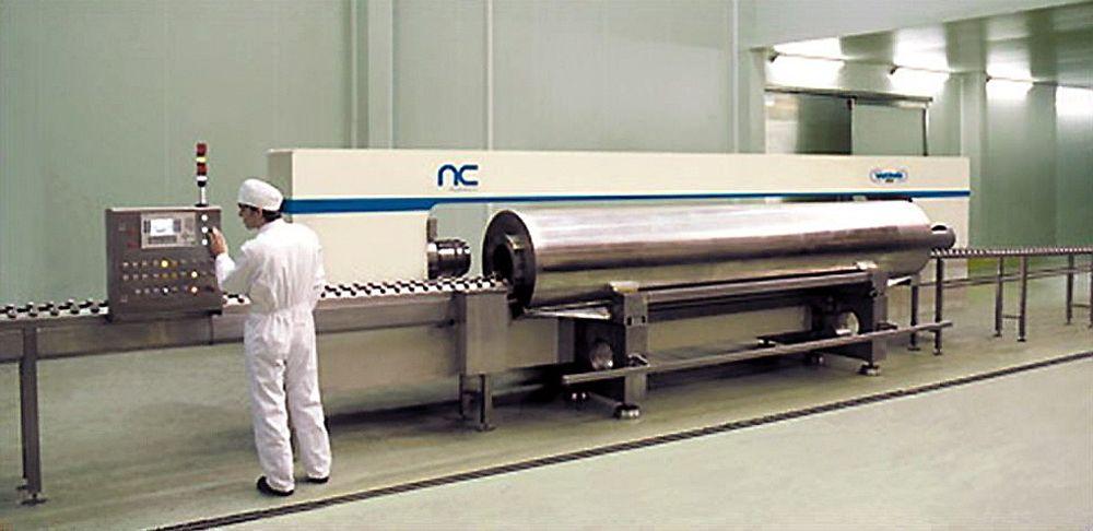 Høytrykksbehandling av matvarer: Det ser ut om et industrianlegg for å bearbeide metaller, men denne sylinderen inneholder matvarer som utsettes for 6000 bars trykk. Det liker bakteriene dårlig.