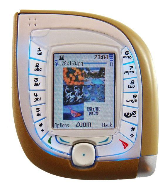 3G: Internett var i rask vekst da 3G ble introdusert. Likevel trodde bransjen at videotelefoni ville være en av de største driverne som konsumerte datakapasitet. Denne Nokiamodellen 7600 var en av de første 3G-moellene og kunne ta toveis videokonferanse. Hvernen den eller slike videosamtaler ble noen suksess. I de siste årene har video kommet tilbake gjennom Skype og liknende tjenester i form av apper på smarttelefoner.