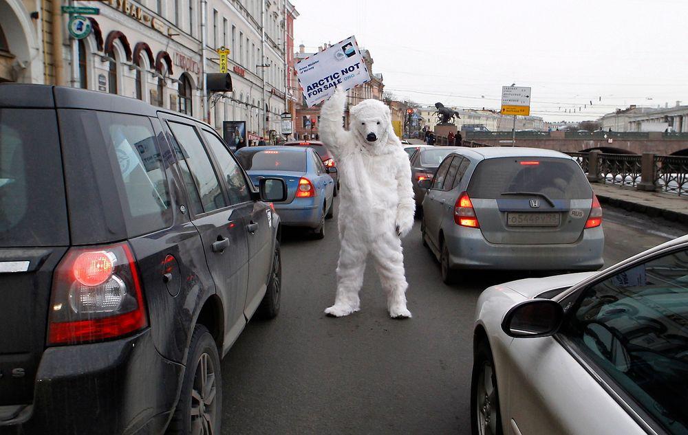 «Arktis er ikke til salgs» var budskapet fra denne Greenpeace-isbjørnen til Jens Stoltenberg (Ap) da statsministeren besøkte Russland fredag. Miljøorganisasjonen er sterkt kritisk til det norsk-russiske samarbeidet om leteboring etter olje i sårbare områder i Arktis.
