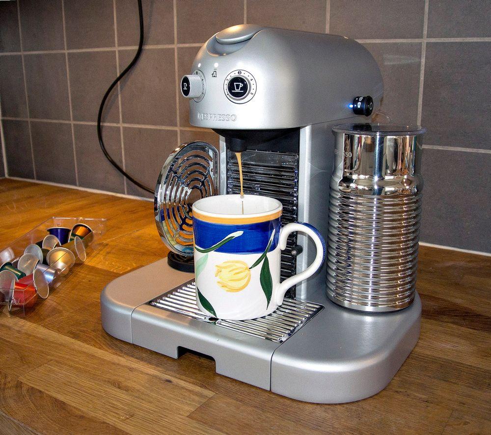 Kostbar, men stilig: Nespressos toppmodell for forbrukere er kostbar, men så har den en innovativ melkeskummer og kan varme opp koppen.