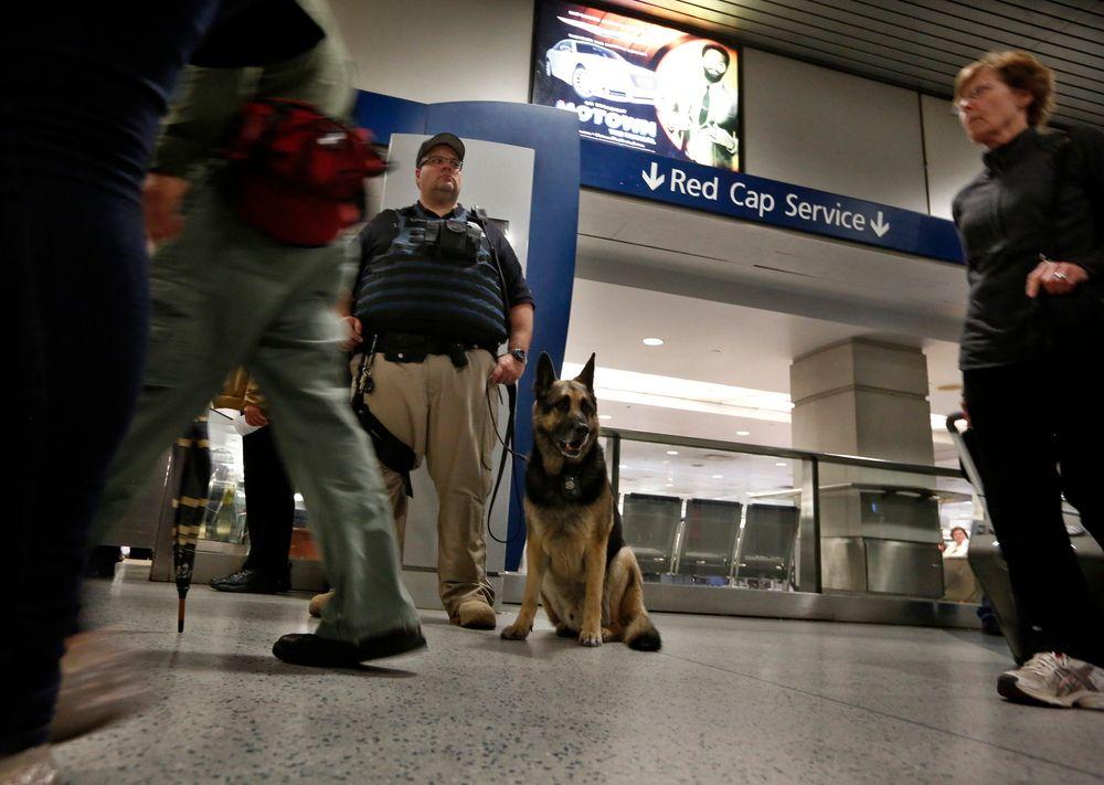 Det er langt vanskeligere å sikre tog mot terrorangrep enn fly, og terrorangrep på bakketransport har kostet langt flere menneskeliv siden 2001 enn angrep rettet mot lufttransport. Her står en politimann vakt på Penn Station i New York.