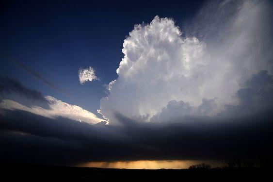 SUPERCELLE: Her ses en supercelle-storm vest for Newcastle i texas. En supercelle er et kraftig tordenvær med kraftig roterende og stigende luftbevegelser (en mesosyklon). Superceller er det største og kraftigste av forskjellige typer tordenvær som kan oppstå. FOTO: REUTERS