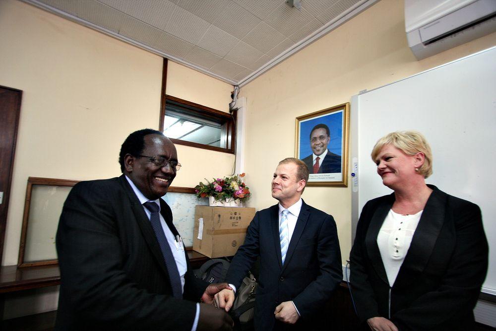 Korrupsjon: Finansminister i Tanzania, William Augustao Mgimwa, lover Heikki Holmås og Kristin Halvorsen at det blir tatt tak i korrupsjonsproblemene.