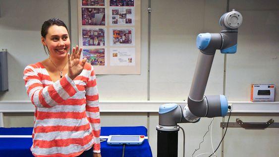 Oppgaven til Signe Moe har vært å finne ut hvordan menneskelige bevegelser kan gjenspeiles i roboten. Dette har hun løst gjennom et system der hun guider roboten ved hjelp av et Kinect-kamera som benyttes i spillteknologi.