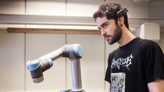 NTNU-student Angel Garcia har laget en robot som kan styres av hjernesignaler.
