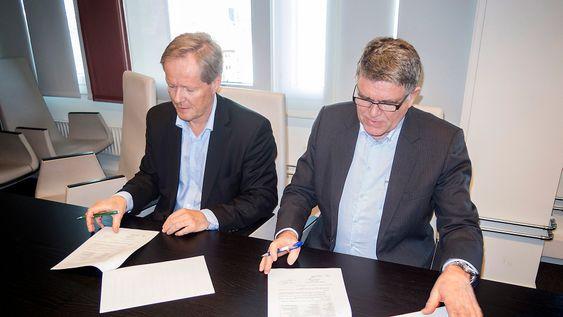 Signerer for bredbånd under jorden: konsernsjef i KTP – Kollektivtransportproduksjon, Cato Hellesjø signerer avtalen om det underjordiske mobilnettet med eiendomssjef i Telenor, Tom Holli.