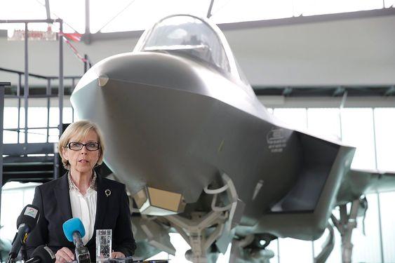 20130426. Forsvarsminister Anne-Grete Strøm-Erichsen inviterer til pressemøte om kampfly og regjeringens videre planer. Foto: Berit Roald / NTB scanpix