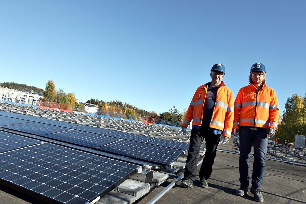 På taket: Taket til parkeringshuset ble ikke brukt til noe. Nå er det klart for ferdigmontering av solcelleanlegget. Fra venstre seniorrådgiver Tor Helge Dokka og prosjektleder Fredrik Dæhli i Skanska.