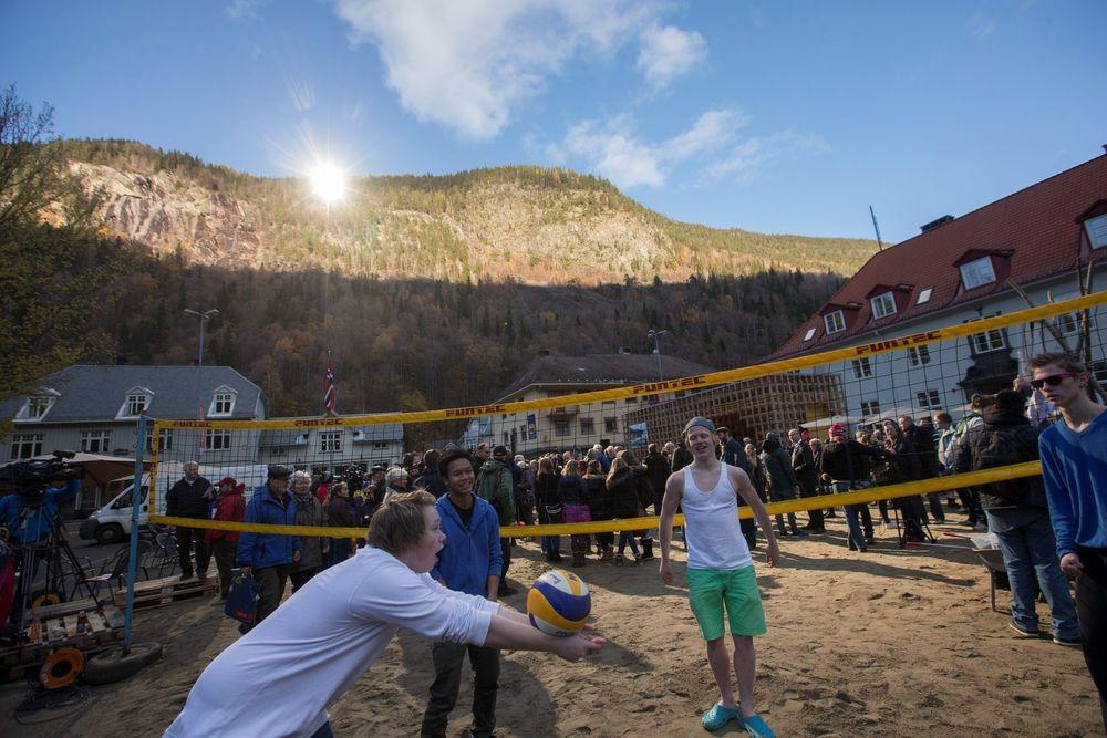 At både sandstranden og sollyset må bringes kunstig til Rjukan vinterstid satte ingen demper på spillegleden hos disse volleyballspillerne, som koste seg i glansen fra det nye solspeilet.