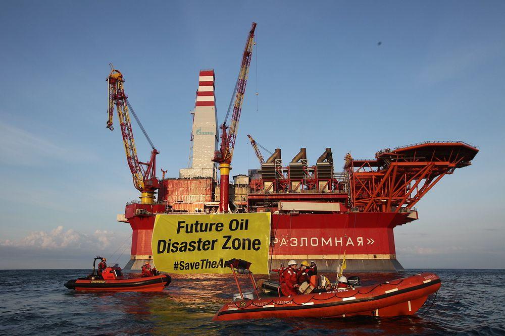 Også i fjor høst aksjonerte Greenpeace mot Prirazlomnaja-plattformen i Petsjorahavet. Norsk leverandørindustri står for omfattende leveranser til plattformen.