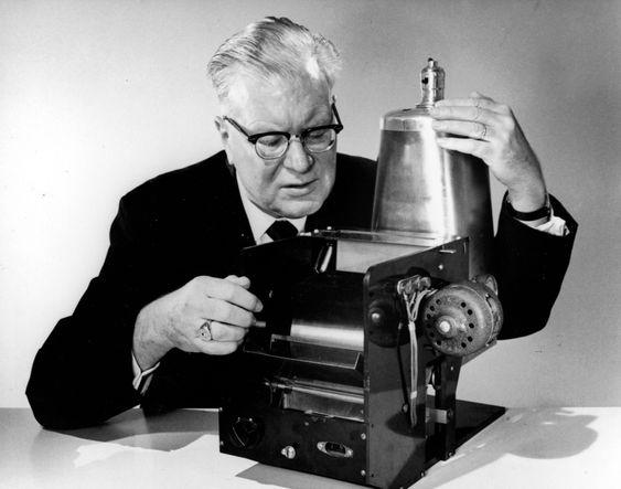 Første kopimaskin: Her er oppfinneren Chester Carlson med verdens første kopimaskinbasert på elektrofotografi.