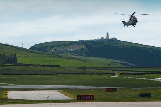 Et AS332L2 går inn for landing på Sumburg lufthavn på Shetland.