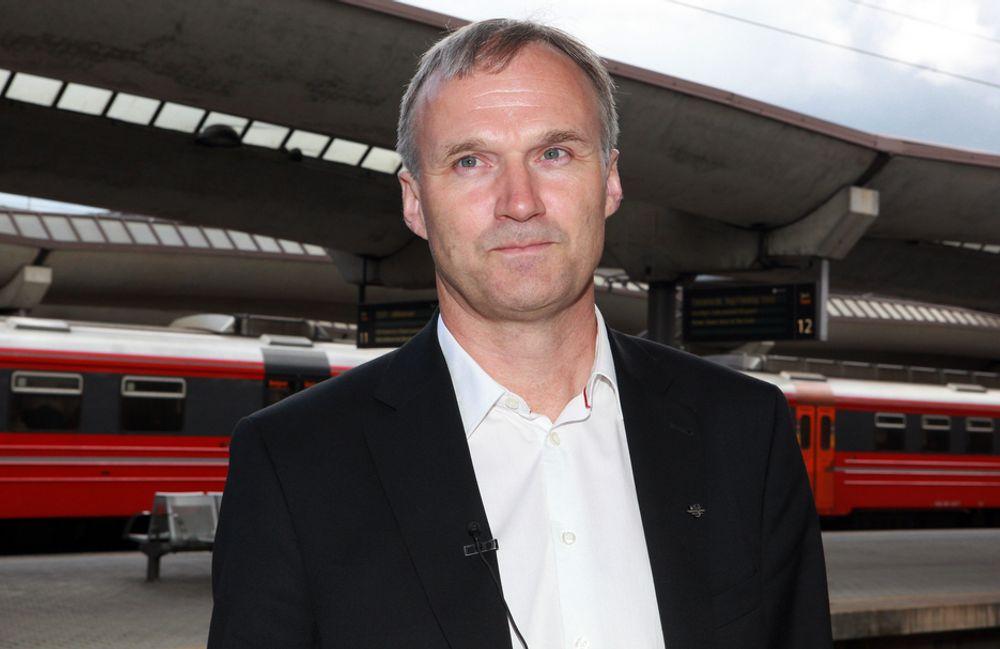 NSB-sjef Geir Isaksen er fornøyd med passasjervekst, men samtidig bekymret for at det blir enda trangere på togene.