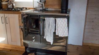 Her er komfyren som forsyner en hel enebolig med varme