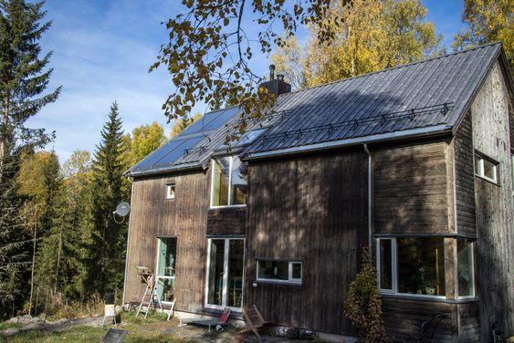 Solfangere: Åtte kvadratmeter solfangere på taket tar seg av varmvannforsyningen om sommeren, men leverer varme året rundt bare sola skinner.