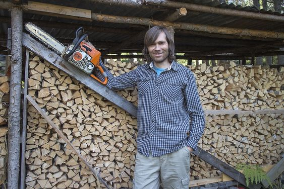 Skogens konge: Olav Haugaløkken er som svært mange andre nordmenn. Han elsker å felle trær og jobbe med ved. Slikt blir det lave energipriser av.