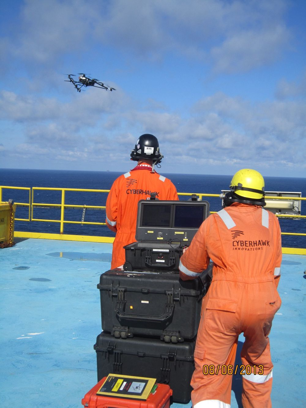 To personer gjennomfører inspeksjonen med helikopteret. Den ene flyr, den andre inspiserer. Rapporten består blant annet av 1000 stillbilder og 20 minutter med video.
