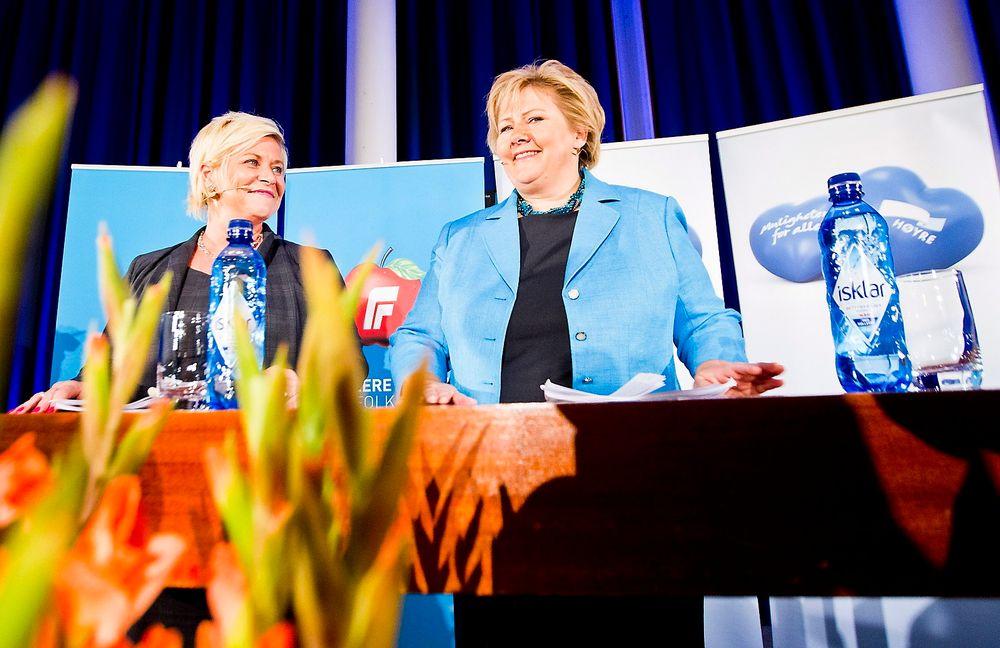 Høyre-leder Erna Solberg (t.h.) og Frp-leder Siv Jensen holder pressekonferanse på Sundvolden hotell mandag kveld, i forbindelse med regjeringsforhandlingene.De lover kraftig satsing på IKT.