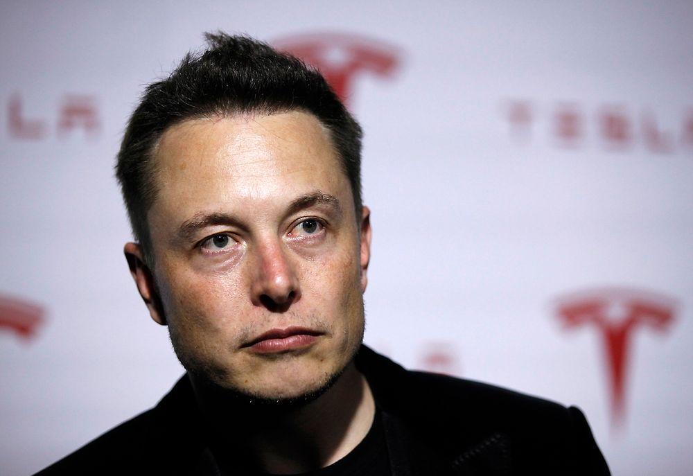 Tesla-sjef Elon Musk mener elbiler er tryggere enn bensinbiler i forbindelse med brannsikkerhet.