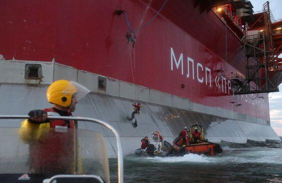 Aksjonister fra Greenpeace tar seg ombord på Prirazlomnaja-plattformen 18. september i år. 30 av dem er nå varetektsfengslet i Russland.