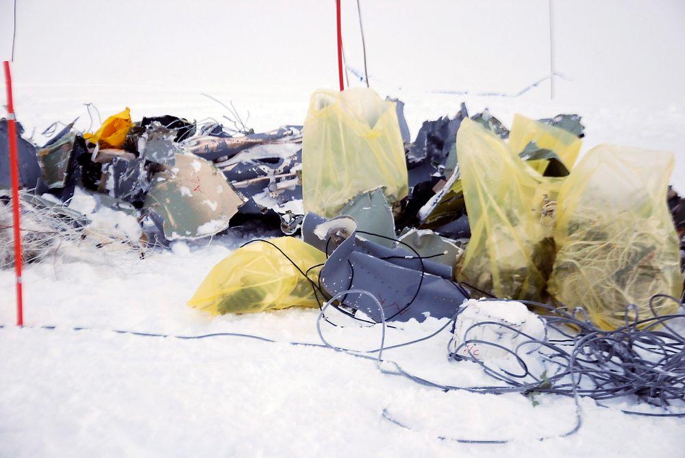 """Flydeler i snøen ved havariplassen på Kebnekaise tirsdag. Det var her det norske Hercules-flyet """"Siv"""" kolliderte med fjellet torsdag i forrige uke. Alle fem ombord i flyet omkom."""