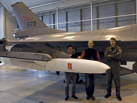 Morten Vangen (f.v) og  Børre Løkenhagen fra Kongsberg Defence Systems og Jon A. Olsen fra Forsvarets logistikkorganisasjon i forbindelse med første prøveopphenging av JSM på et F-16 i forbindelse med forberedelsene til prøveflyging med missilet.